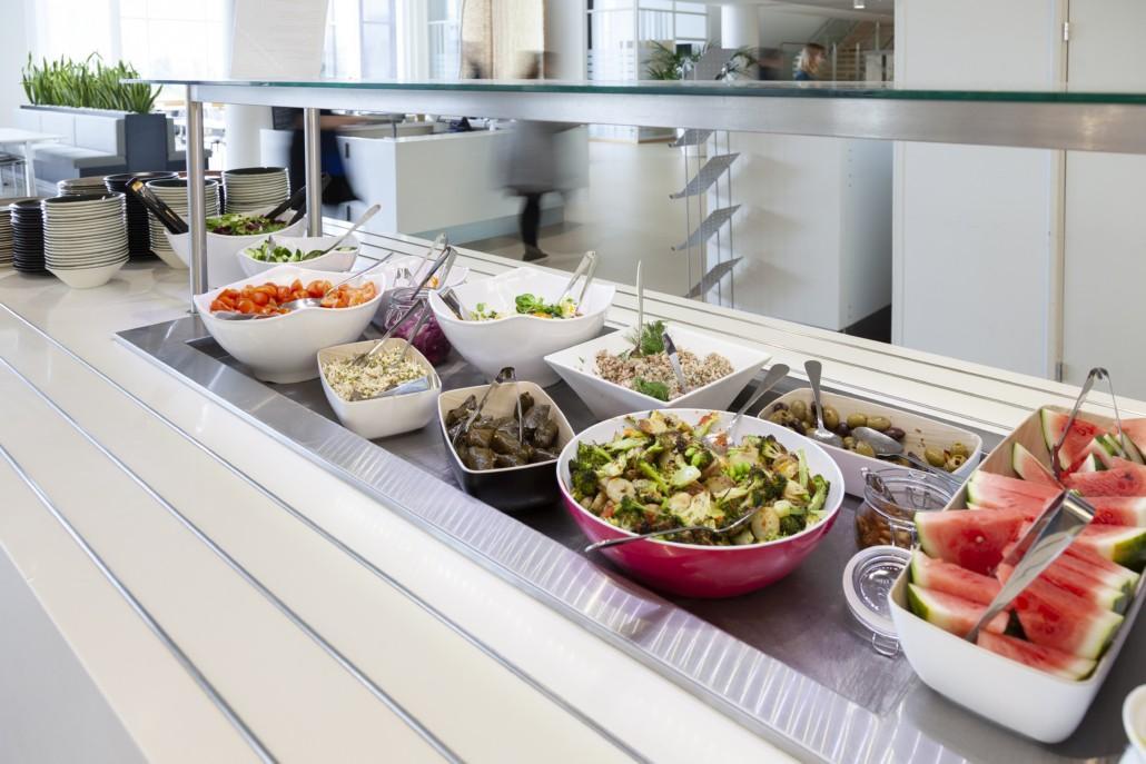 Solaren runsas ja värikäs salaattipöytä